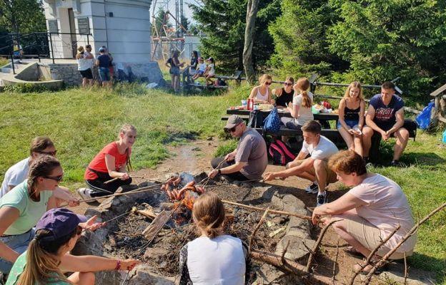 Wspólne ognisko i pieczenie kiełbasek na szczycie Wielkiej Sowy