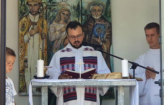 Ks. Kamil Osiecki sprawujący Mszę św. na Wielkiej Sowie