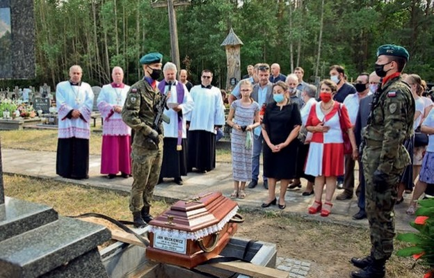Doczesne szczątki zamordowanego sołtysa spoczęły na cmentarzu wNarewce