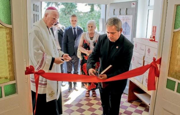 Wstęgę przecina ks. Marcin Iżycki, dyrektor Caritas Polska