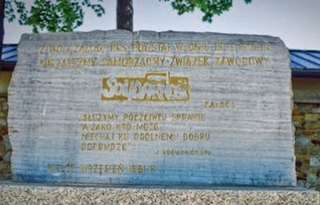 """Pomnik, który upamiętnia nSZZ """"Solidarność""""  na skwerze Stefana Żeromskiego"""
