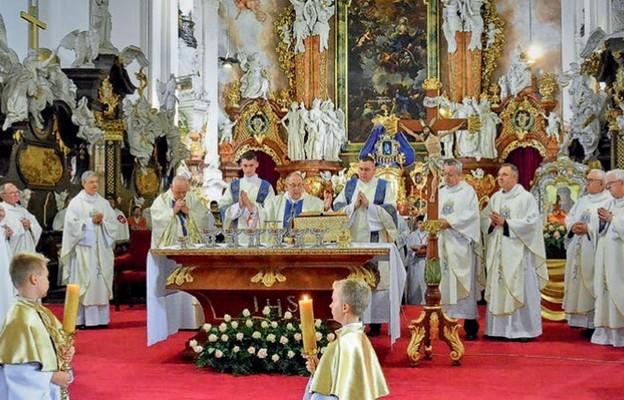 Księża biskupi i koncelebransi podczas uroczystości