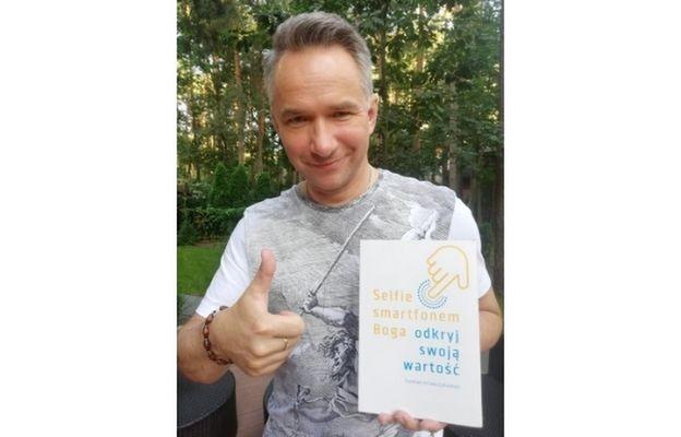 Rafał Patyra, prezenter Teleexpressu z książką