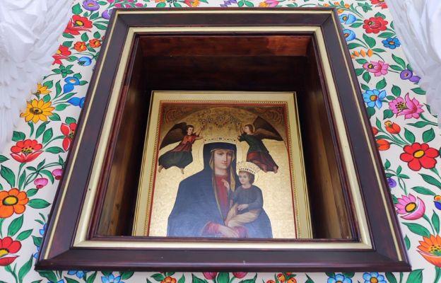 Kopia cudownego obrazu nad ołtarzem polowym przygotowana z okazji 100. rocznicy koronacji