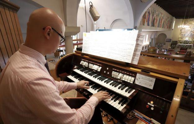Na organach kościoła w Szczawnie - Zdroju gra dr M. Szostak