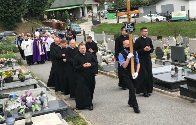 Kondukt żałobny prowadzony przez kolegów kursowych ks. Łukasza Kopczyńskiego