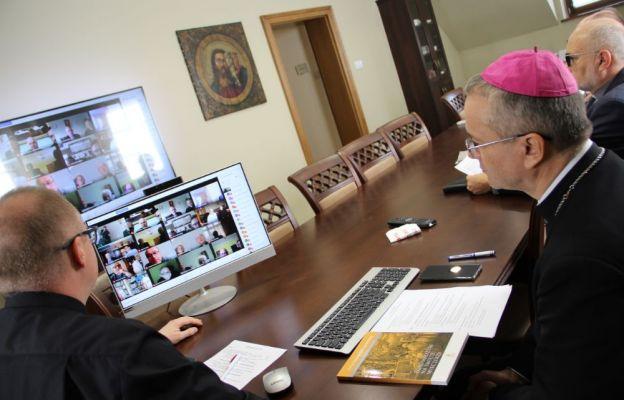 Konferencja online biskupa z dziekanami diecezji