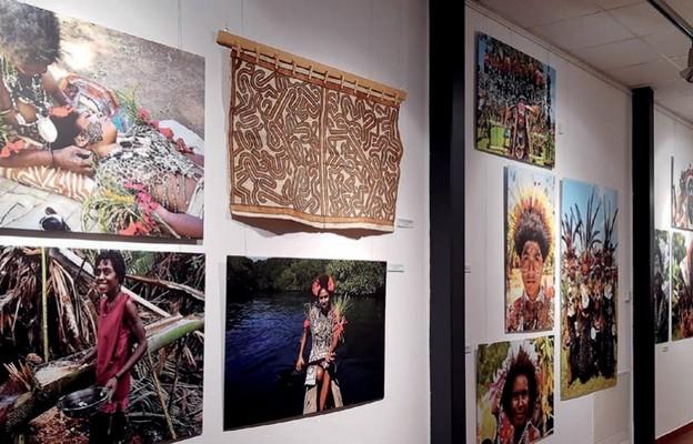 Fotografie ludzi są ważnym elementem wystawy w muzeum podróżników