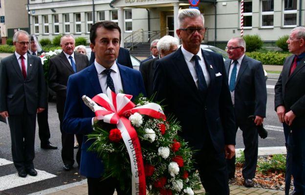 Złożenie wieńców przy pomniku upamiętniającym ofiary II wojny światowej