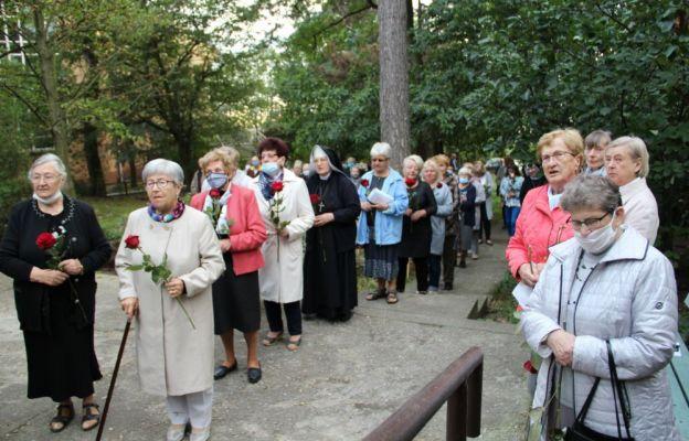 Zgodnie z tradycją parafianki złożyły w czasie Mszy św. w procesji z darami czerwone róże.