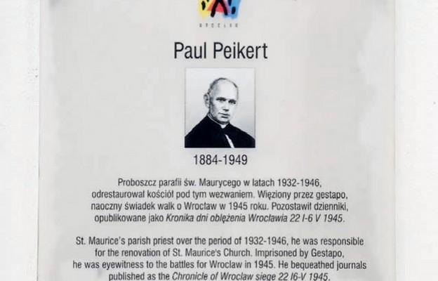 Tablica poświęcona ks. Peikertowi znajduje się na murach kościoła  św. Maurycego