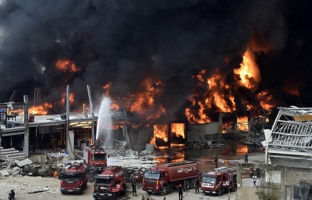 Liban: Płoną beczki z ropą i opony w porcie w Bejrucie