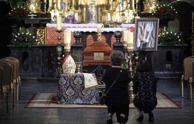 Przewodniczący Episkopatu o śp. kard. Jaworskim: pracę rozumiał jako służbę (dokument.)