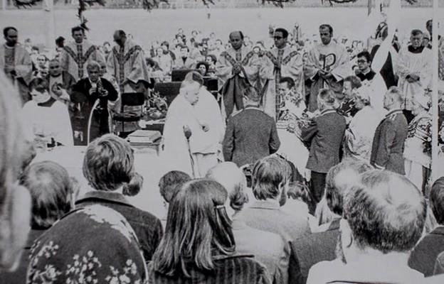 """Poświęcenie przez bp. Ignacego Tokarczuka sztandaru Komisji zakładowej NSZZ """"Solidarność"""" WSK-pzl Rzeszów. Stadion """"Stali"""" Rzeszów, 20 września 1981"""