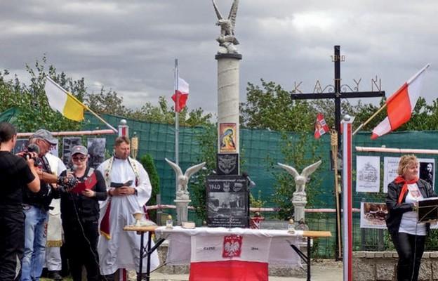 Uczestnicy przy pomniku katyńskim w Legnickim Polu