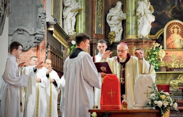 Podczas Mszy św. biskup legnicki poświęcił nowe oleje święte