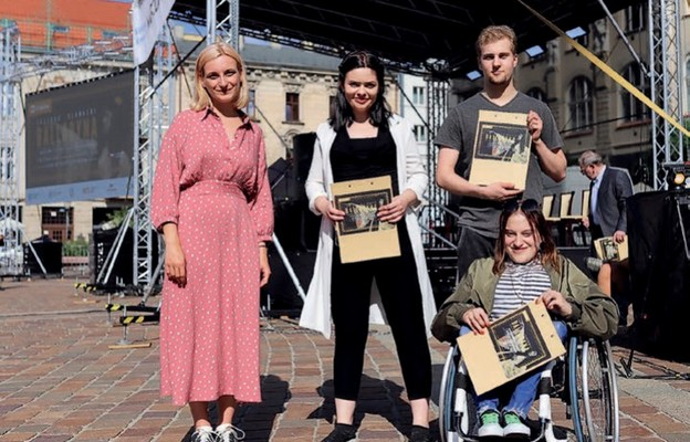 Laureaci konkursu internetowego Nowohuckiego Centrum Kultury. Aktorzy-amatorzy odczytali fragmenty Balladyny. Od lewej: Alicja, Sara, Michał iDaniela