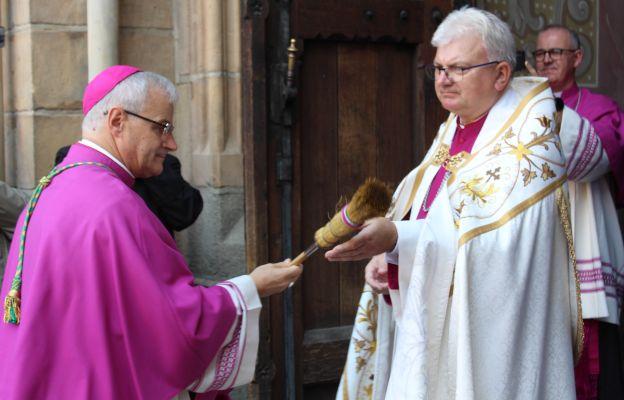 Powitanie w progach świdnickiej katedry przez prepozyta Świdnickiej Kapituły Katedralnej.
