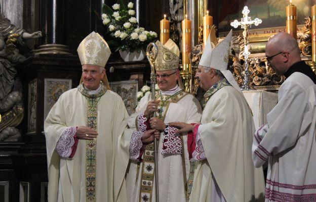 Symboliczne przekazanie pastorału nowemu biskupowi świdnickiemu.