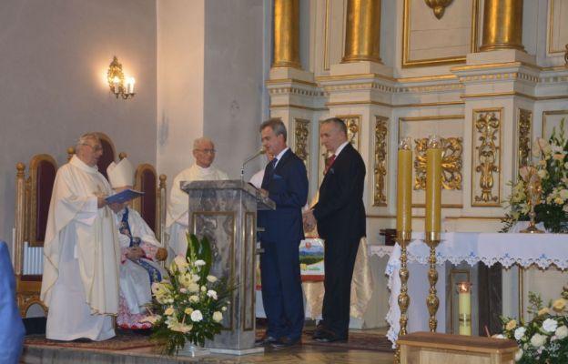 Gratulacje odznaczonym kapłanom składają starosta limanowski Mieczysław Uryga i Czesław Kawalec reprezentujący Zarząd Powiatu Limanowskiego