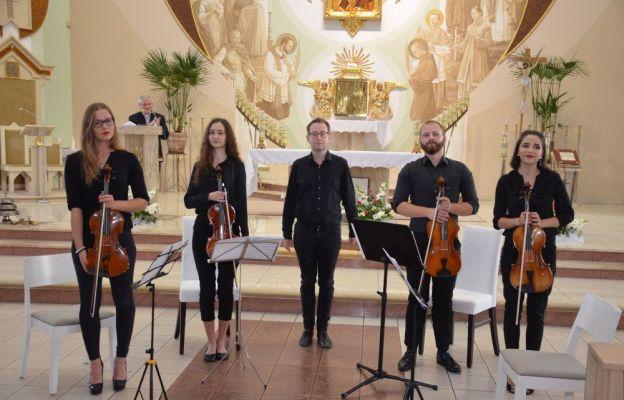 Młodzi artyści na koncercie w Pogórzu.
