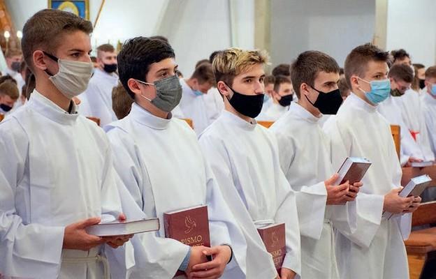 Na znak podjęcia nowej służby lektorzy otrzymali księgę Pisma Świętego