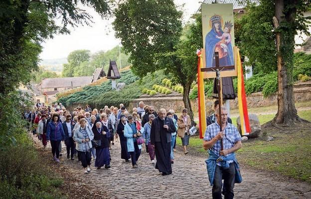 Kapłani: Bogdan Przybysz i Wacław Nowak oraz pielgrzymi w procesji różańcowej