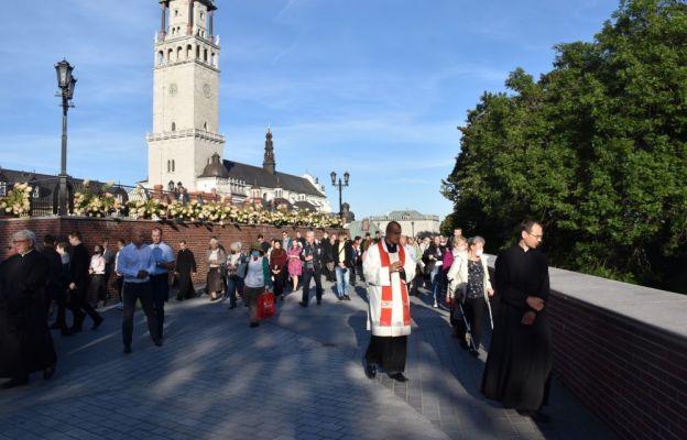 Podczas Drogi Krzyżowej na wałach jasnogórskich