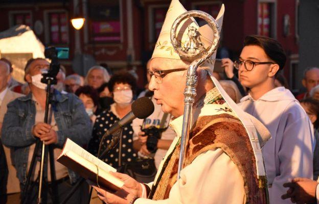 Abp Wacław Depo odmawia modlitwę poświęcenia pomnika św. Jana Pawła II
