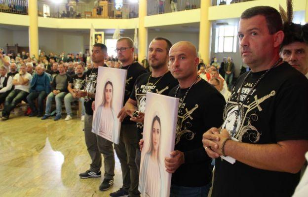 Wojownicy Maryi wręczyli abp Andzrejowi Dziędze różańce i wizerunki Maryi