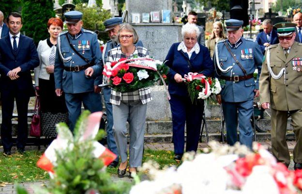 Złożenie kwiatów przy Krzyżu Katyńskim