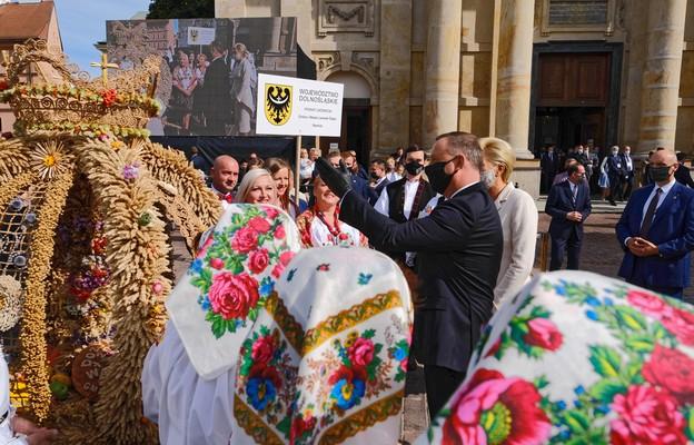 Warszawa/ Andrzej Duda spotkał się z grupami wieńcowymi na Dożynkach Prezydenckich