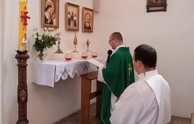 Ks. proboszcz przy relikwiach św. o. Pio