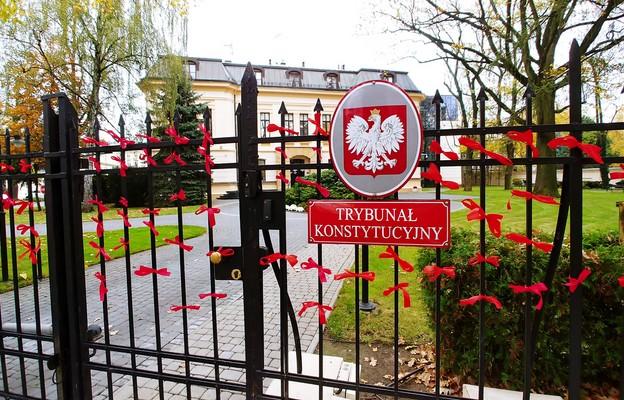 Czerwone wstążki na ogrodzeniu Trybunału Konstytucyjnego symbolizujące ofiary aborcji eugenicznej.