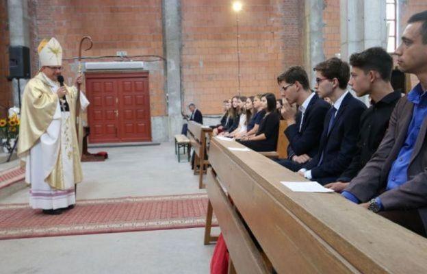 Bp Jacek Kiciński udziela sakramentu bierzmowania w tej parafii w 2018 r.