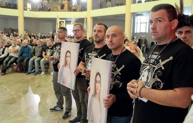 Wojownicy Maryi wręczyli biskupom Andrzejowi Dziędze i Pawłowi Sosze męskie różańce i wizerunek Maryi Kecharitomene