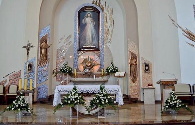 W centrum świątyni znajduje się obraz Jezusa Miłosiernego