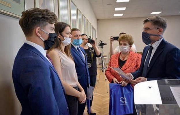 Przedstawiciele Powiatowego Zespołu Szkół w Chojnowie odebrali podziękowanie za inicjatywy podejmowane na rzecz lokalnego społeczeństwa