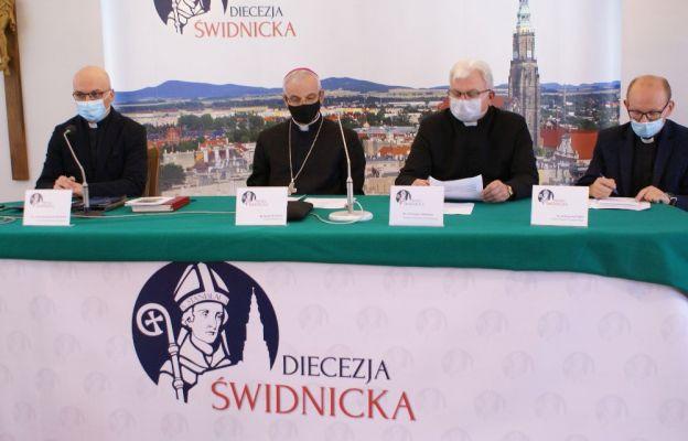Od lewej ks. D. Ostrowski, bp M. Mendyk, ks. S. Chomiak, ks. K. Ora podczas konferencji prasowej
