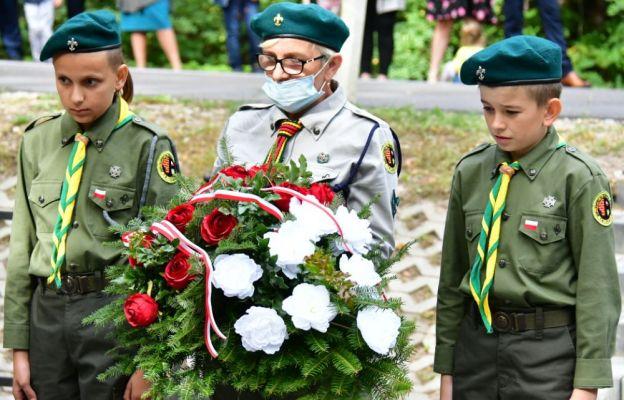 Złożenie wieńców na grobach poległych żołnierzy