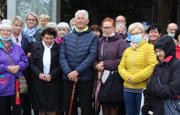 Wierni przy pomniku św. Jana Pawła II w dniu akcji