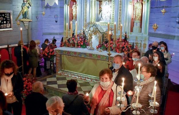 Wierni w procesji ze świecami zawierzali swoje życie Maryi