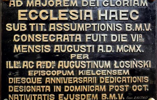 Tablica pamiątkowa na ścianie katedry