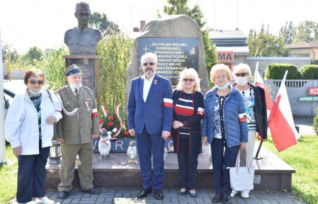 Członkowie KWP Oddział Częstochowa przy pomniku kpt. Stanisława Sojczyńskiego ps. Warszyc