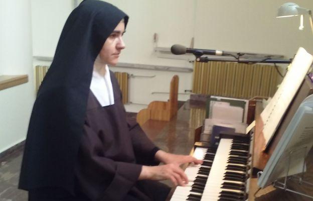Wysłużone organy, na których jedna z sióstr obecnie gra w kościele.