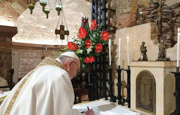 Papież podpisuje nową encyklikę przy grobie św. Franciszka