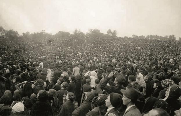 Tłum ludzi oglądający cud Słońca, Fatima, 13 października 1917 r.