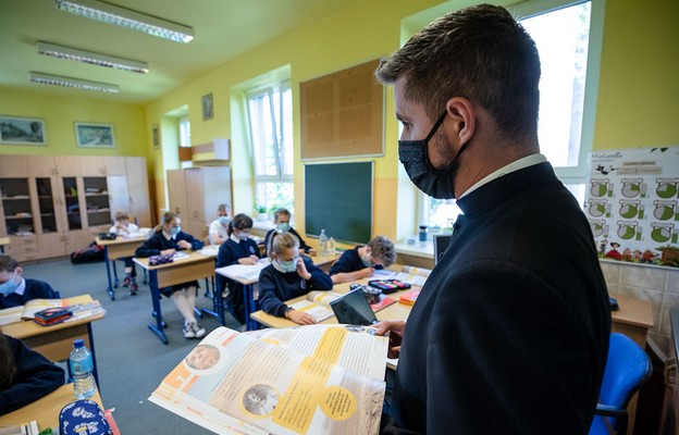 MEiN: w polskich szkołach uczy 40,7 tys. katechetów i 3,9 tys. nauczycieli etyki