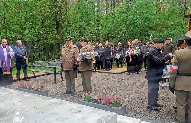 Delegacje przed pomnikiem