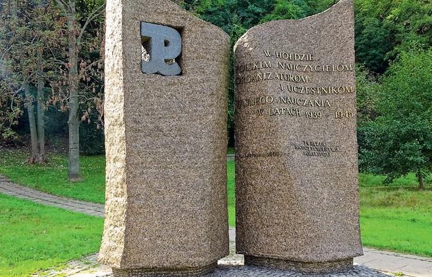 Pomnik ku czci Nauczycieli Tajnego Nauczania znajduje się w Parku Kazimierzowskim